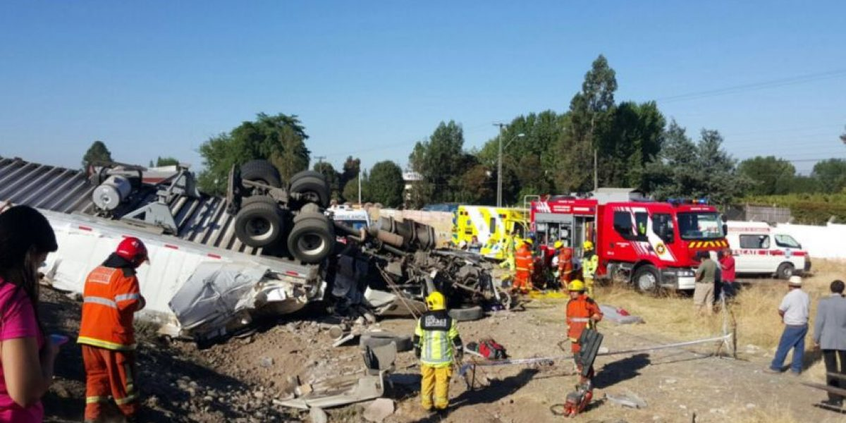 Teno: violenta colisión entre camión y minibus deja al menos 21 lesionados