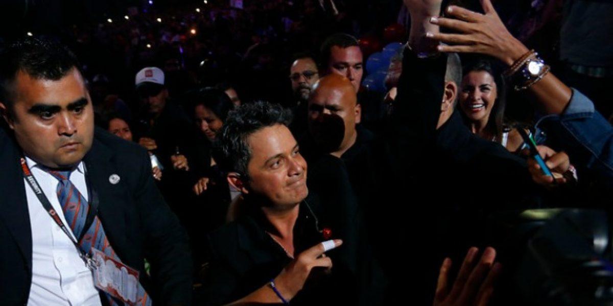 ¡Desde la galería al escenario! Alejandro Sanz comienza su show saludando a la Quinta Vergara
