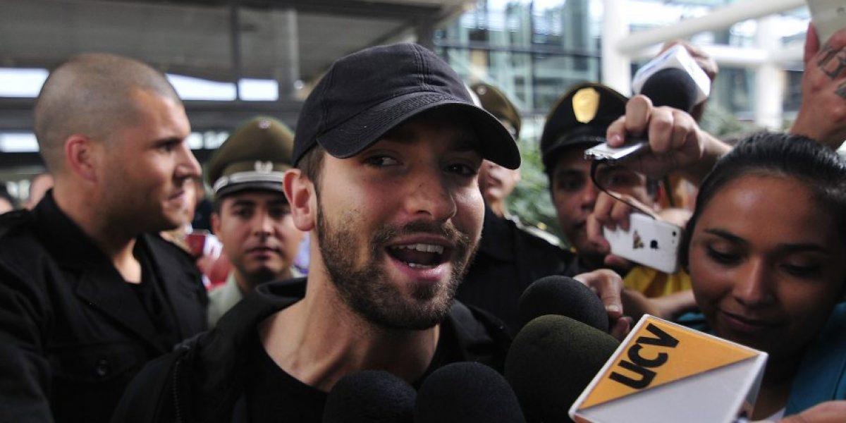 Cantando y enviándole un beso a Eva Gómez: Así fue la llegada de Pablo Alborán a Chile