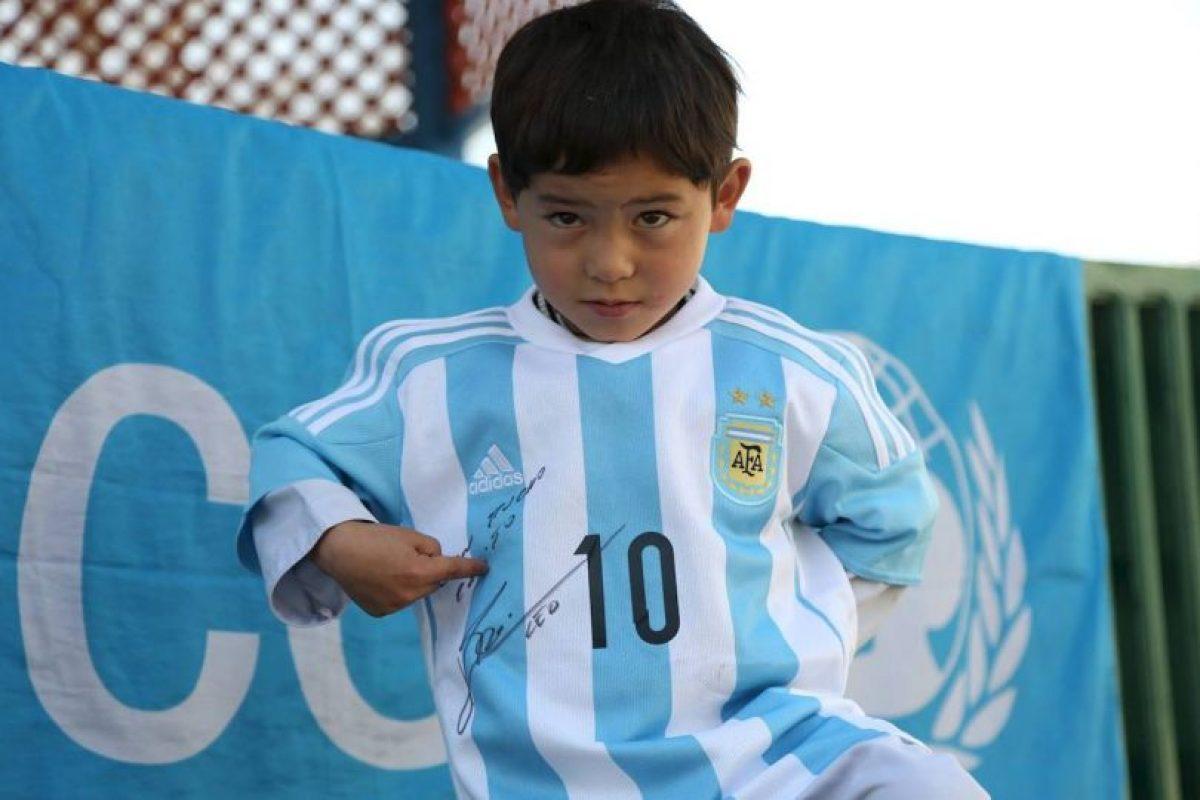 Ahora tiene orgulloso una camiseta autografiada por el astro Foto:facebook.com/afghanistanunicef/. Imagen Por: