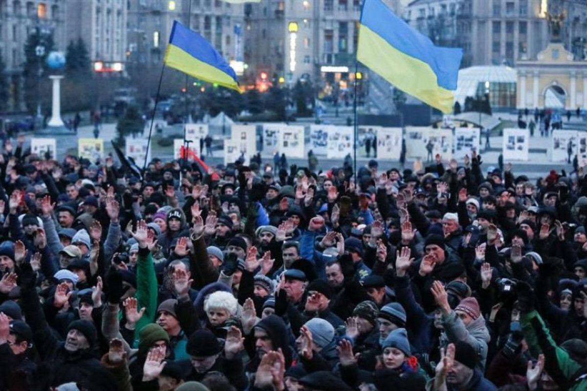 Cientos de personas se reunieron en la plaza Maidán, en el centro de Kiev, el sábado pasado para conmemorar el segundo aniversario del Euromaidán. Foto:Efe. Imagen Por: