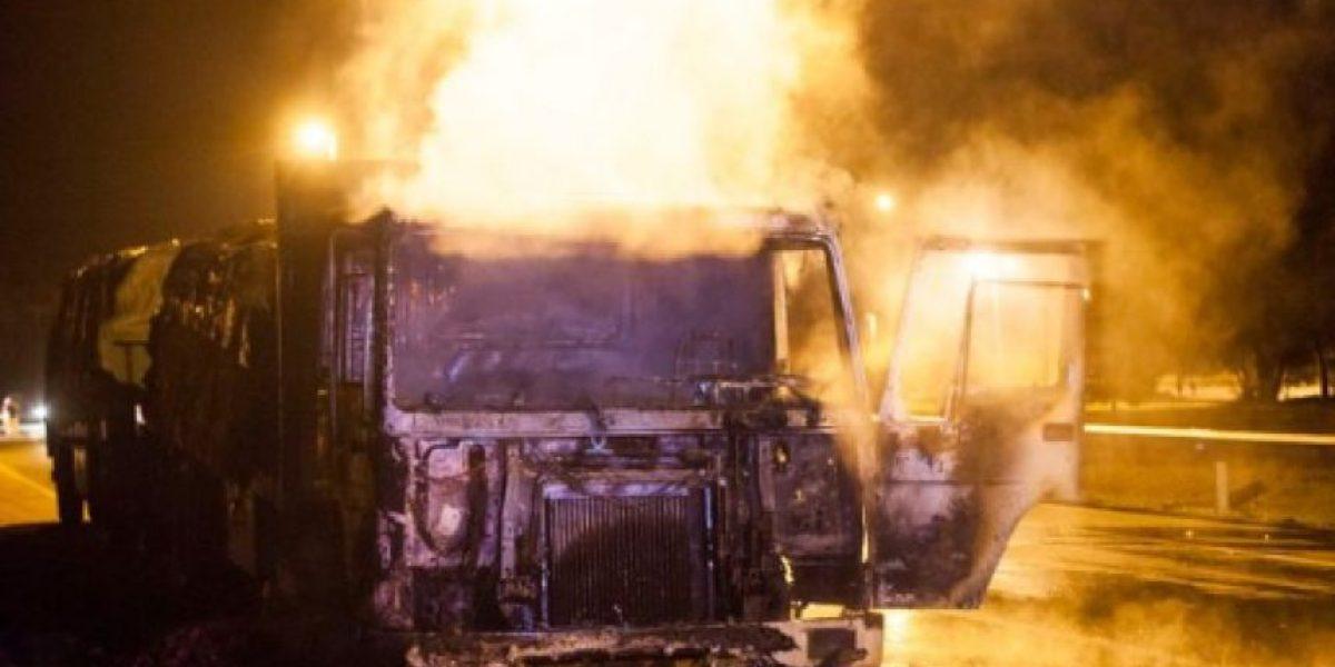 Encapuchados queman cinco camiones y maquinaria forestal en fundo de Lanco
