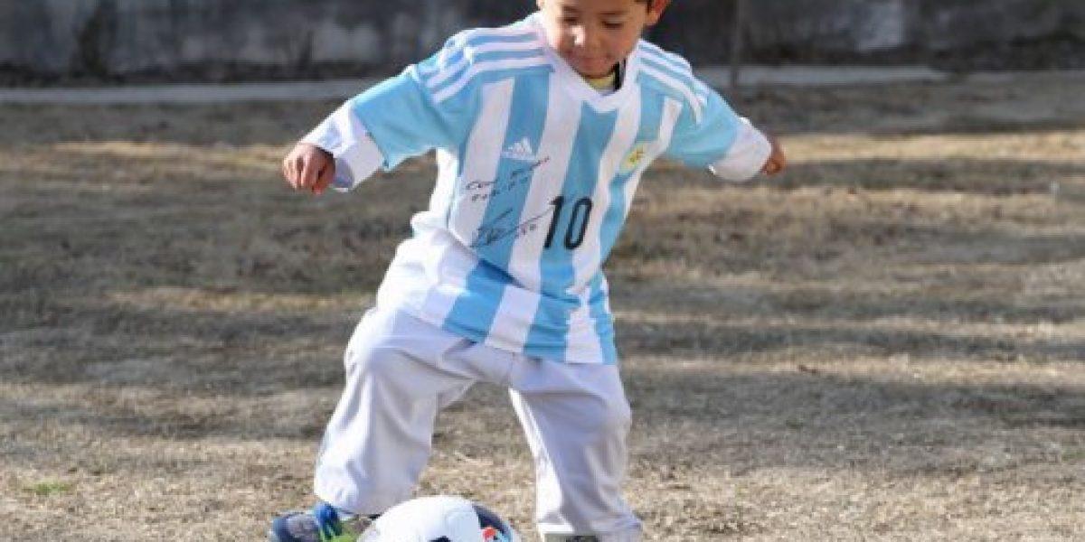 Messi regaló camisetas firmadas al niño afgano que inventó una camiseta con una bolsa