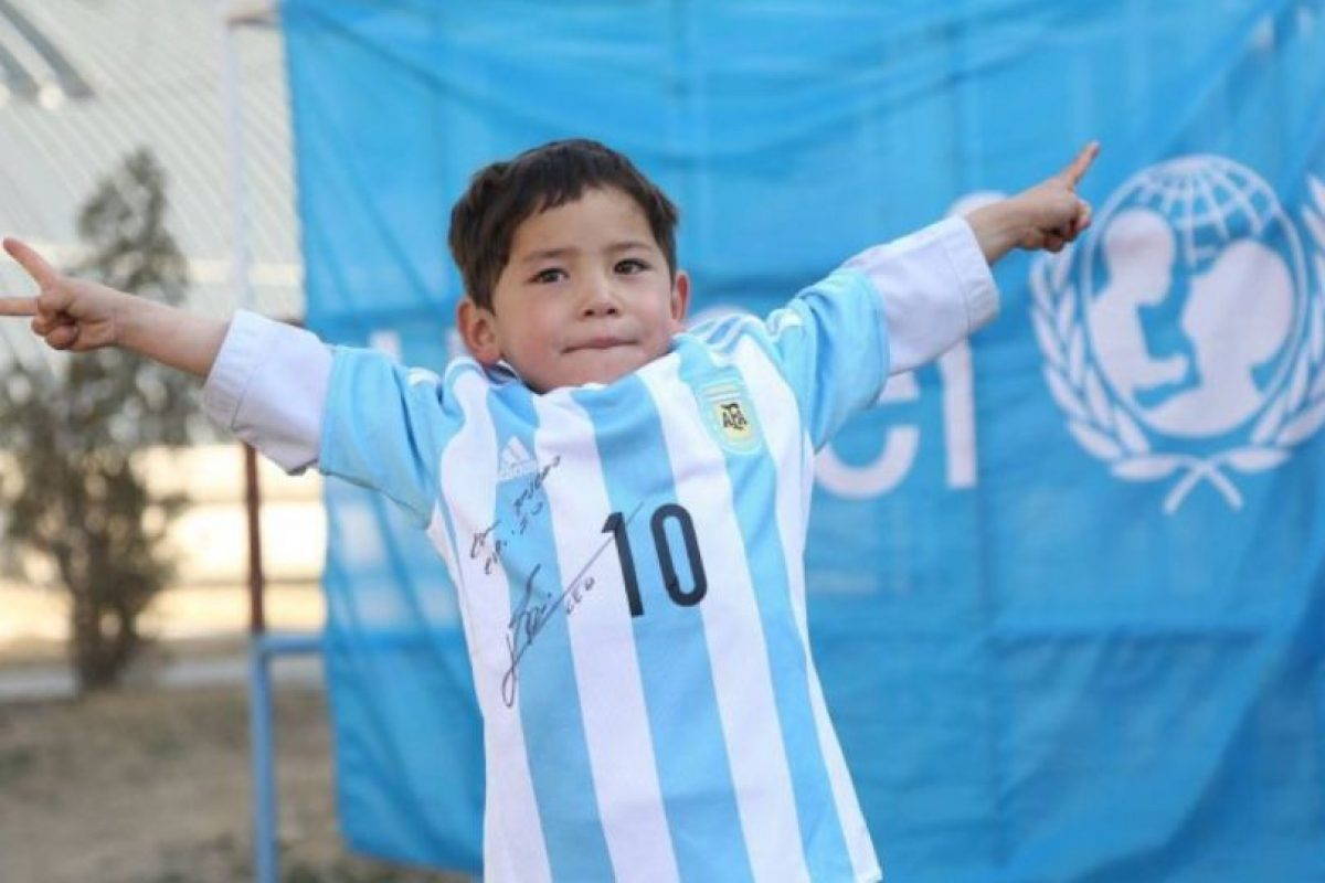 Lionel Messi le envió una camiseta firmada Foto:facebook.com/afghanistanunicef/. Imagen Por:
