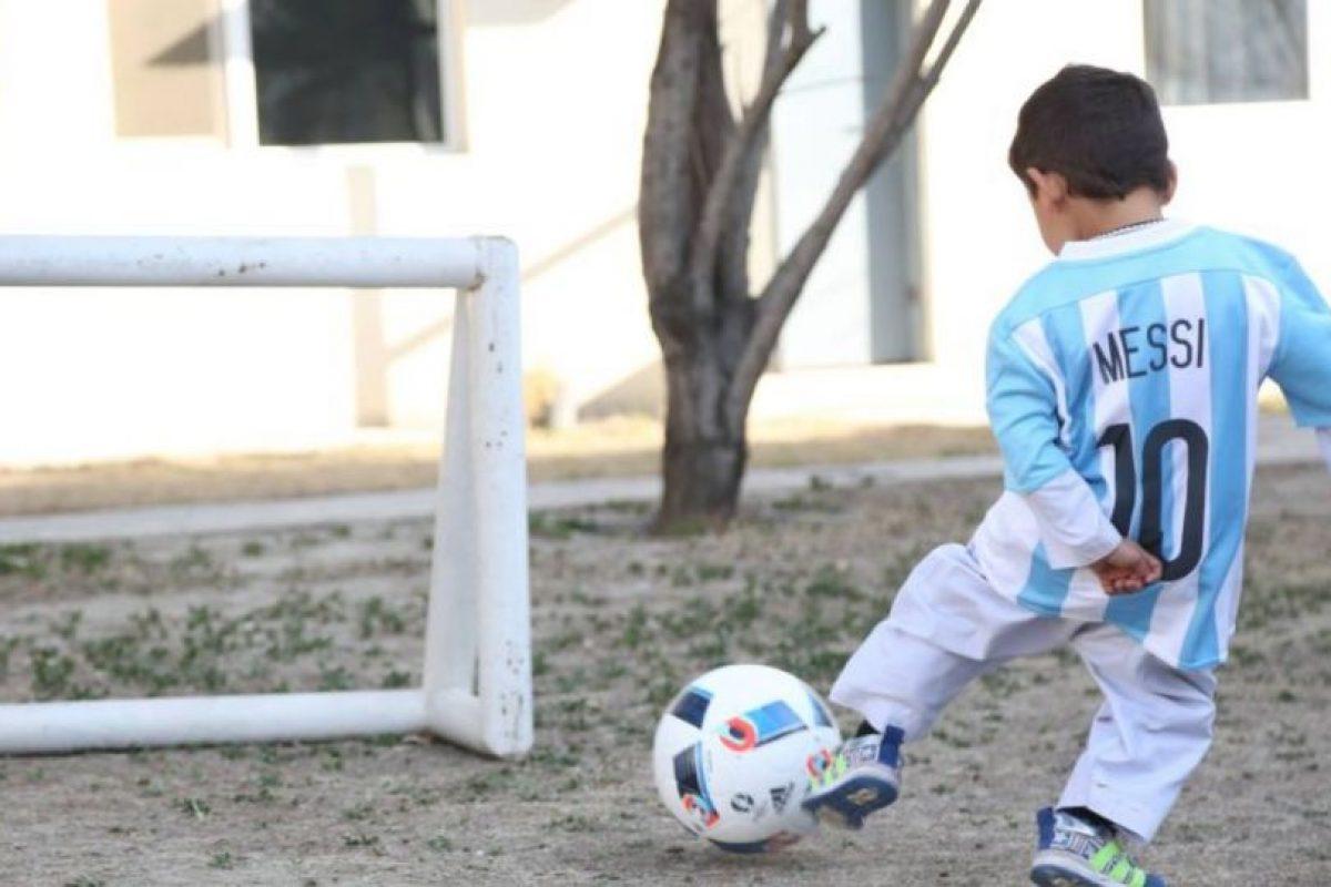 El pequeño afgano se mostró feliz Foto:facebook.com/afghanistanunicef/. Imagen Por: