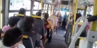 Indignación por chofer del Transantiago  que expulsó a padre e hijo y su perrito del bus