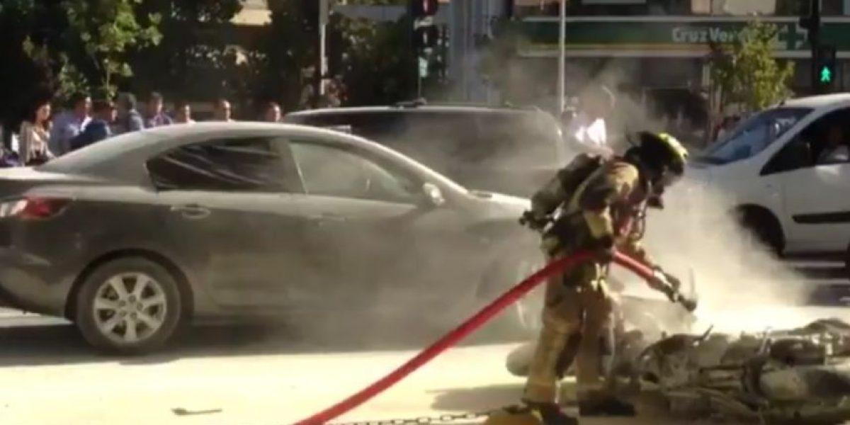 Accidente entre motocicleta y automóvil dejó personas heridas en Las Condes