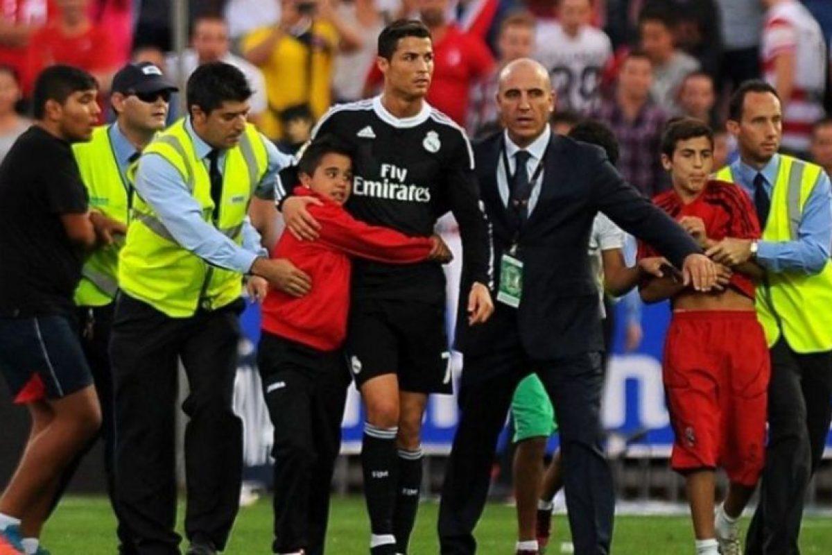 Cristiano Ronaldo tiene millones de fans en todo el mundo, pero siempre ha tenido grandes gestos con sus seguidores niños. Cristiano les firma, se toma fotos con ellos e incluso, les regala su camiseta cada que puede. Foto:AFP. Imagen Por: