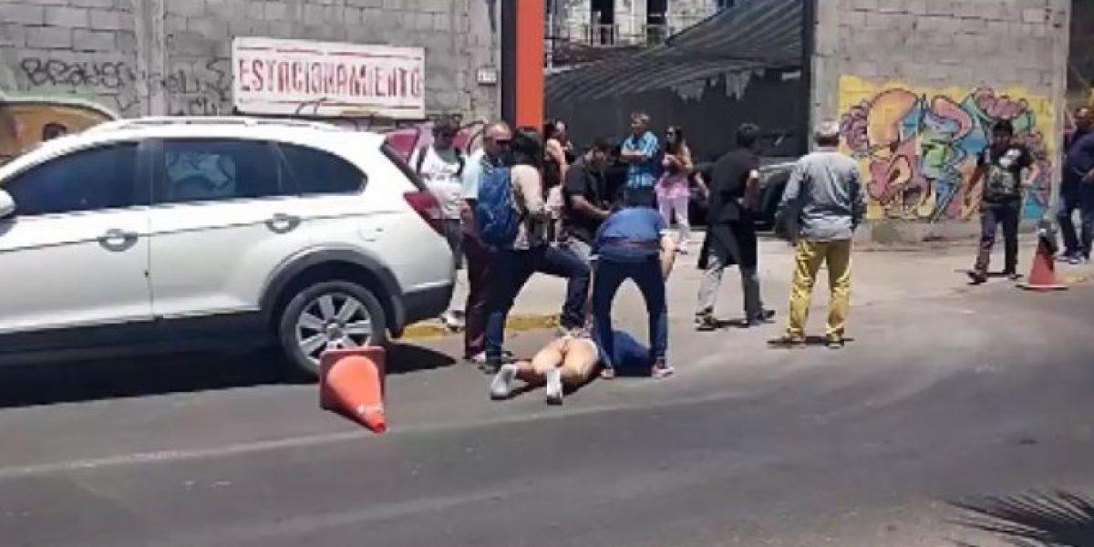 Iquique: multitud le saca la ropa a ladrón
