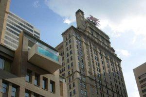 Este edificio se encuentra en Dallas, Texas, y se llama The Joule. Cuenta con una piscina en su azotea que excede los límites del la estructura. Foto:Wikicommons. Imagen Por: