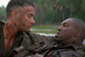 """La cinta """"Forrest Gump"""" está basada en la novela homónima del escritor Winston Groom. La película ganó en 1994 los Óscars a mejor película, mejor director, mejor actor, mejor guion adaptado, mejores efectos visuales y mejor montaje. Foto:Paramount Pictures. Imagen Por:"""