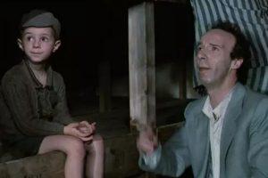 """""""La vida es Bella"""". La historia está parcialmente basada en la experiencia real del padre de Benigni, que logró sobrevivir a tres años de internamiento en Bergen-Belsen. Ganó tres Óscar: mejor banda sonora, mejor actor y mejor película extranjera en la ceremonia de 1998. Foto:Miramax. Imagen Por:"""