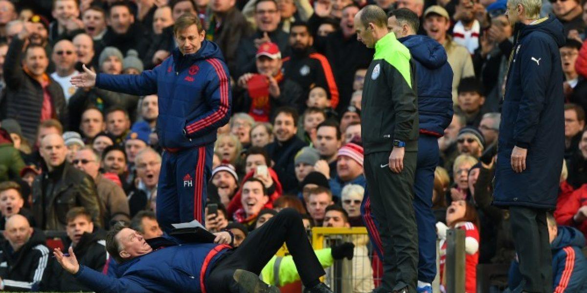 La graciosa protesta de Louis Van Gaal en la victoria frente a Arsenal