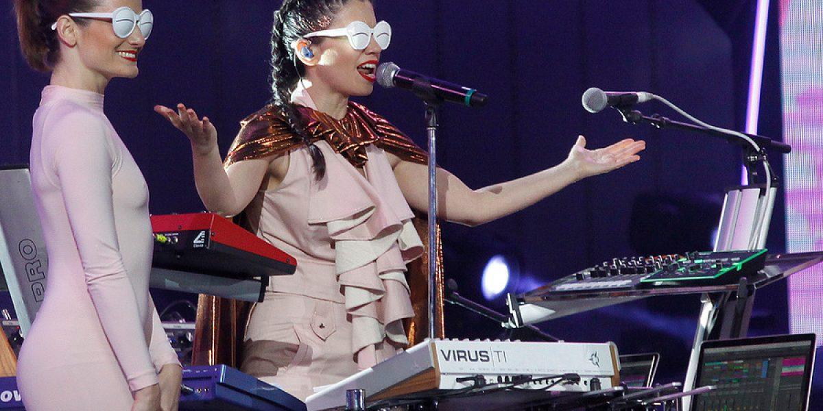 Javiera Mena tapó bocas con su show de electro pop en Viña