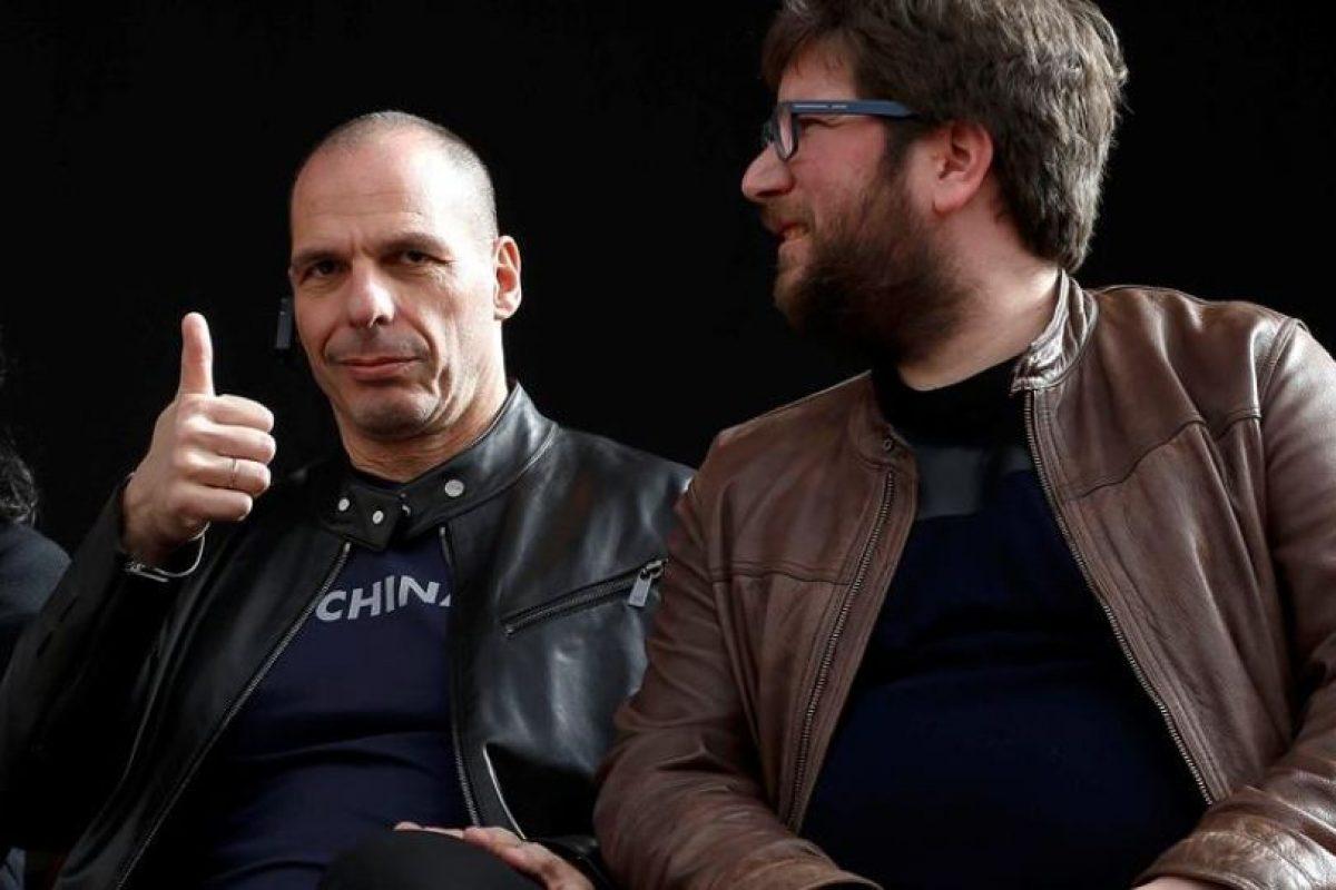 Yanis Varoufakis (izquierda), ex ministro de Finanzas de Grecia. Foto:Efe. Imagen Por: