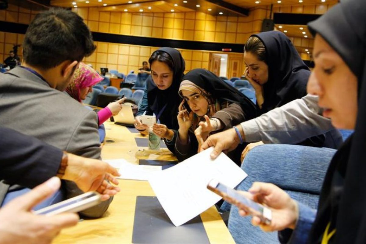 Periodistas iraníes siguen las elecciones parlamentarias en el Ministerio del Interior, ayer, en Teherán. Foto:Efe. Imagen Por:
