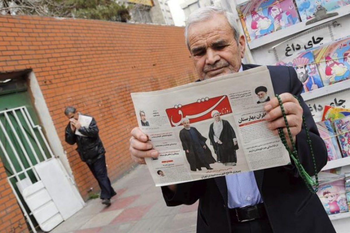 """Un hombre iraní lee el diario """"Shargh"""", cuya portada dice """"Victori decisiva de los reformistas"""". Foto:Efe. Imagen Por:"""