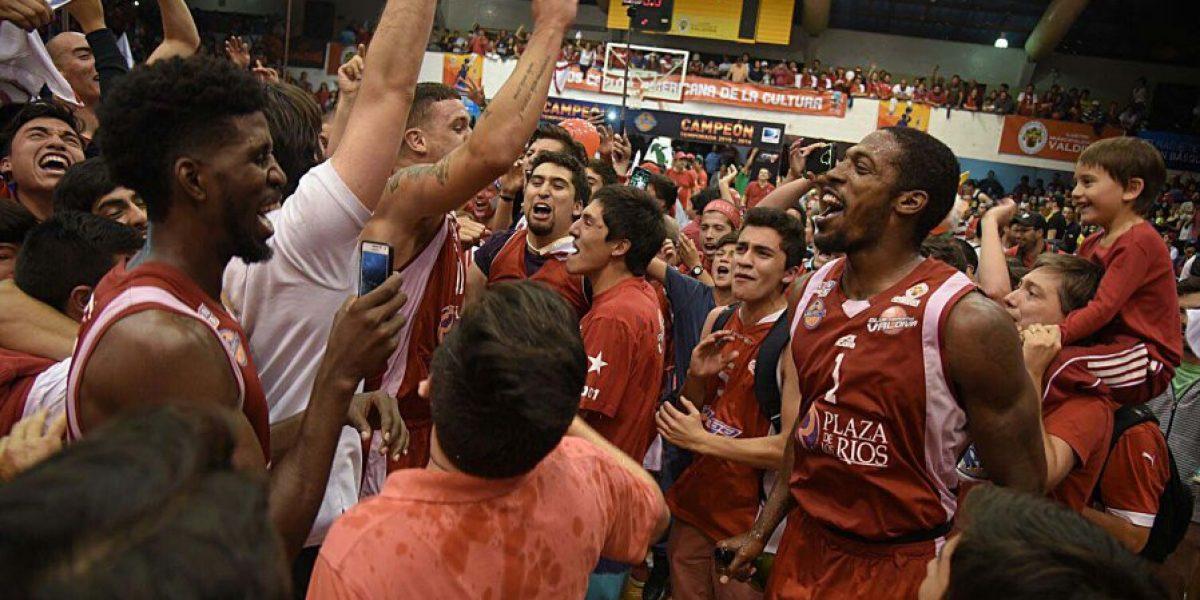 El alocado festejo de Valdivia, el campeón del básquetbol chileno