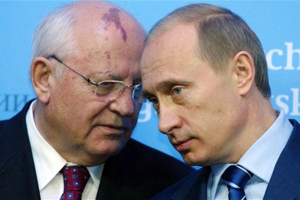 Gorbachov (izquierda), junto a Vladimir Putin. Foto:AFP. Imagen Por: