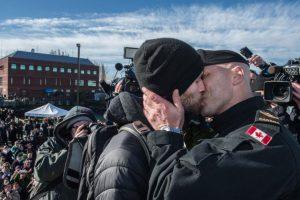El marinero canadiense fue recibido por su pareja de esta forma Foto:Facebook/Maritime Forces Pacific / Forces maritimes du Pacifique. Imagen Por:
