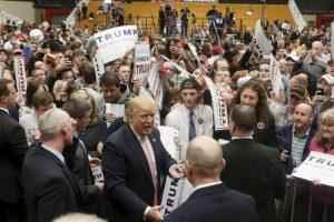 A diferencia de otras campañas, la de Trump tiene una política estricta que exige a los periodistas y camarógrafos permanecer dentro de un área cerrada. Foto:AP. Imagen Por: