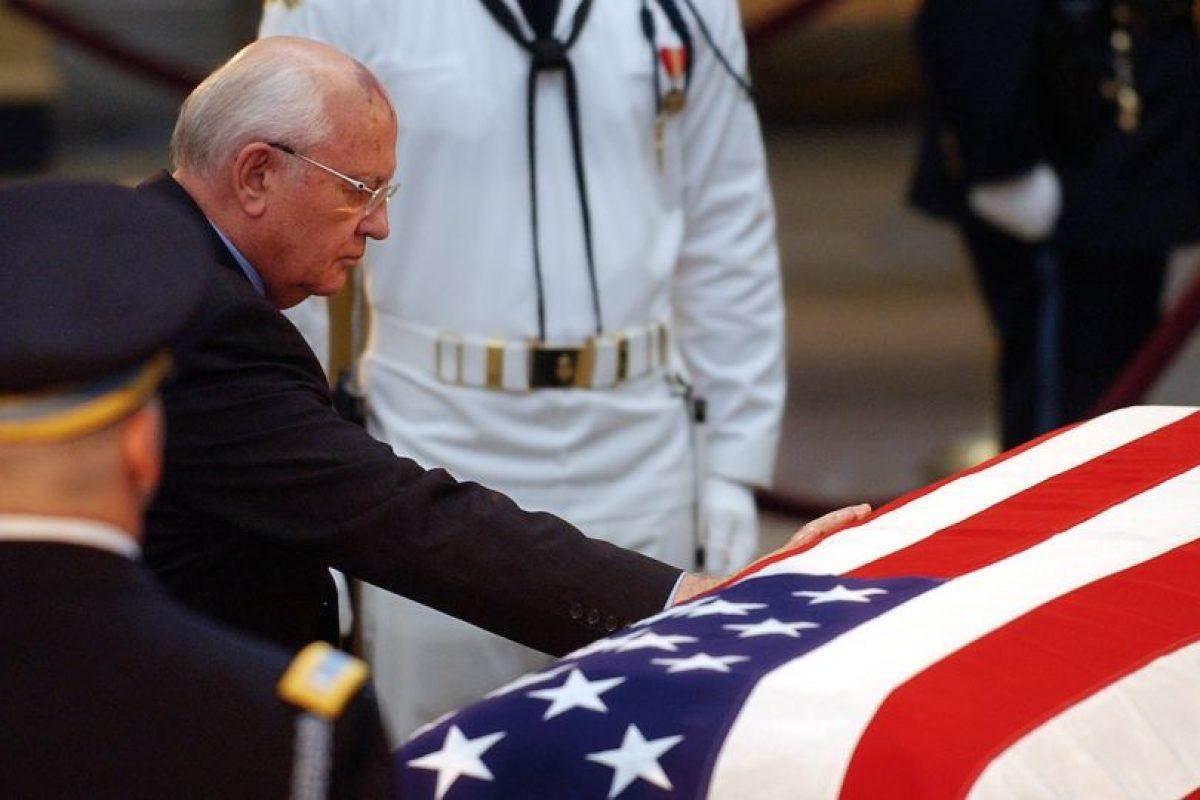 Gornachov, durante el funeral de Ronald Reagan en 2003. Foto:AFP. Imagen Por: