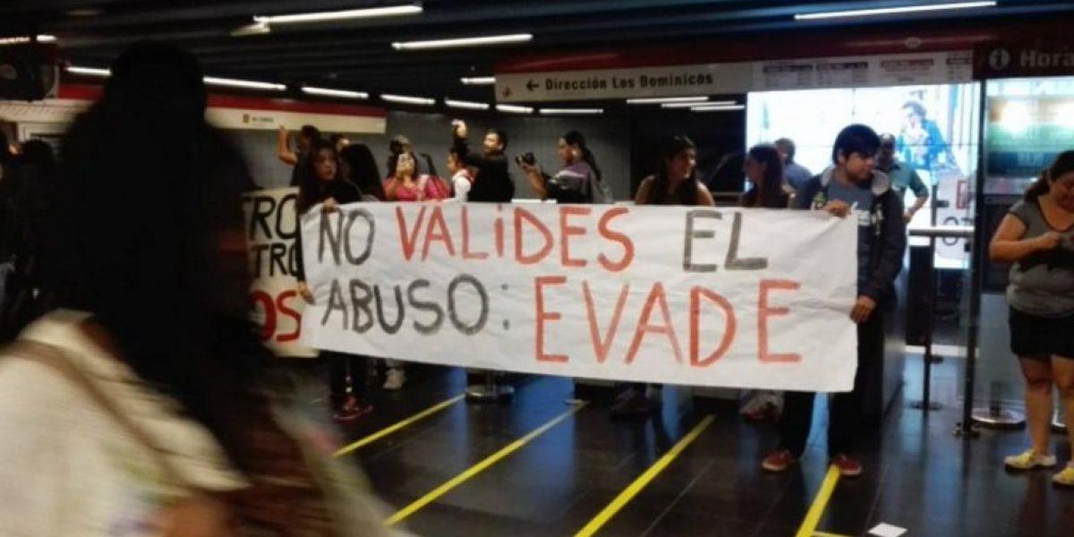 Manifestantes se toman estación del Metro en protesta por alza en valor del pasaje