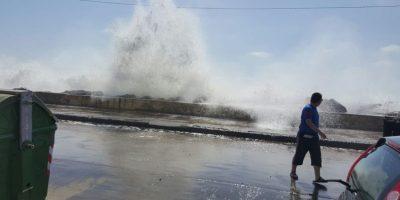 Impresionantes olas afectan a esta hora el borde costero de Chile