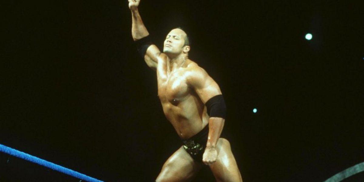 Dwayne Johnson impacta en la playa con sus músculos