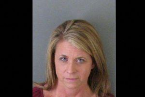 """Teika Watkins Helton, de 45 años, fue arrestada por tener relaciones con un alumno de 18 años. En 2005 fue nombrada """"Maestra del año"""". Foto:Oficina del Sheriff del Condado de Gaston. Imagen Por:"""