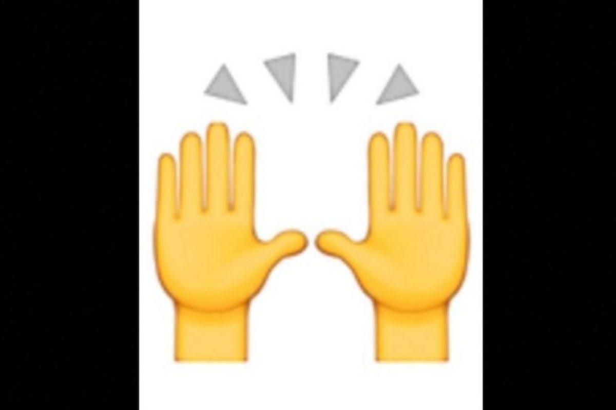 3. Las dos manos en muchas ocasiones son empleadas para alabar u orar, pero en realidad representan la celebración del éxito. Foto:vía emojipedia.org. Imagen Por: