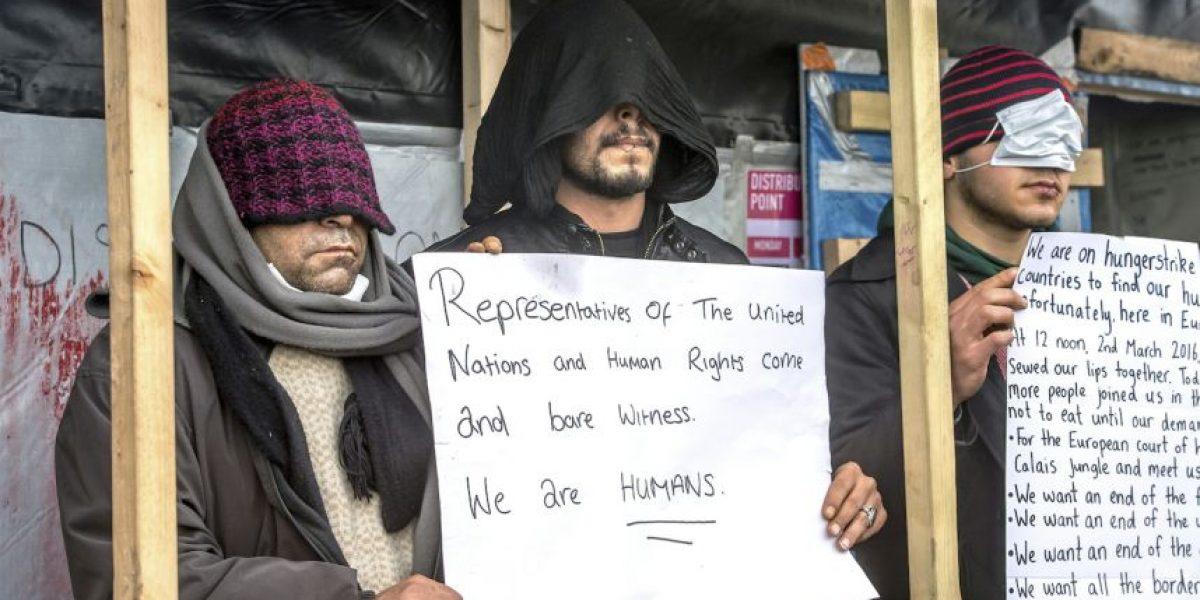 Migrantes se cosen la boca para protestar por desmantelamiento de Calais