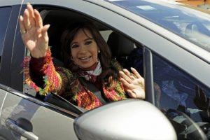 E invitó al entonces presidente electo, Mauricio Macri, a la Casa Rosada para felicitarlo personalmente Foto:AFP. Imagen Por: