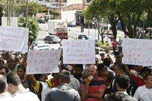 Algunos iban acompañados de carteles y banderas. Foto:AFP. Imagen Por: