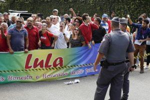 Así se pusieron las cosas afuera de la casa de Lula da Silva Foto:AP. Imagen Por: