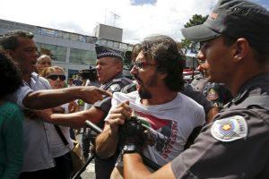 La policía intento detener el conflicto. Foto:AP. Imagen Por:
