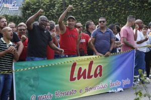 Al principio, manifestantes llegaron en apoyo al expresidente Foto:AP. Imagen Por:
