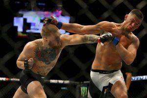 McGregor fue a la lona y recibió una lluvia de golpes de su rival. Foto:Getty Images. Imagen Por: