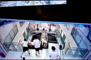 """Madre salva a su hijo antes de morir """"tragada"""" por escaleras mecánicas Foto:Liveleak. Imagen Por:"""