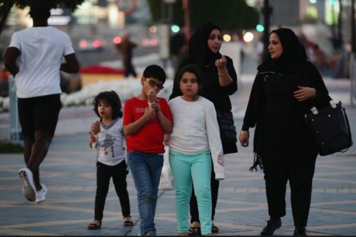 El incidente sucedió mientras la familia descansaba en la playa. El coronel Ahmed Burqibah, director adjunto del Departamento de Rescate de Dubái, aseguró que el padre de la joven prefirió que su hija falleciera a que fuera tocada por alguno de los salvavidas. Foto:Getty Images. Imagen Por: