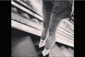 Las imágenes muestran a la mujer, de cerca de 30 años, subiendo en la escalera y al llegar arriba -donde se encontraban unas demostradoras- el suelo se hunde a sus pies. La mujer cae por el hueco que dejó la escotilla de mantenimiento, la cual podría haber estado mal colocada. Foto:Instagram.com. Imagen Por: