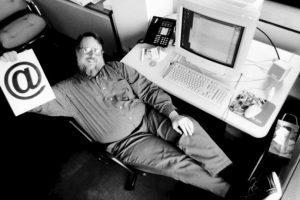 Cuando el informático vio que su invento funcionaba, decidió enviar a todos los trabajadores de ARPANET un mensaje explicando cómo usarlo correctamente. Foto:Twitter. Imagen Por: