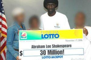 Abraham Shakespeare ganó un premio de 30 millones de dólares en 2006, pero siguió viviendo su vida de forma muy austera, salvo por una gran casa que se compró. Foto:Pinterest. Imagen Por:
