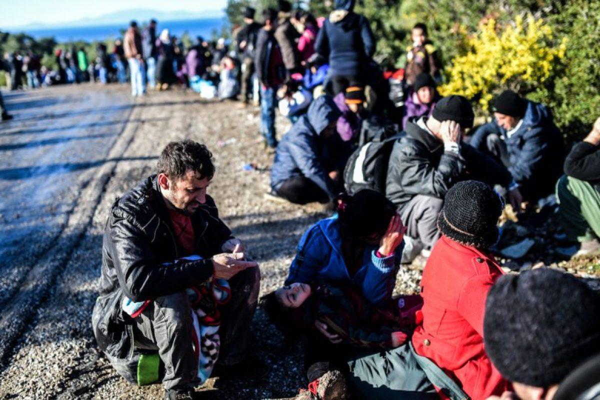 Refugiados apostados en las rutas hacia el norte de Grecia. Foto:AFP. Imagen Por: