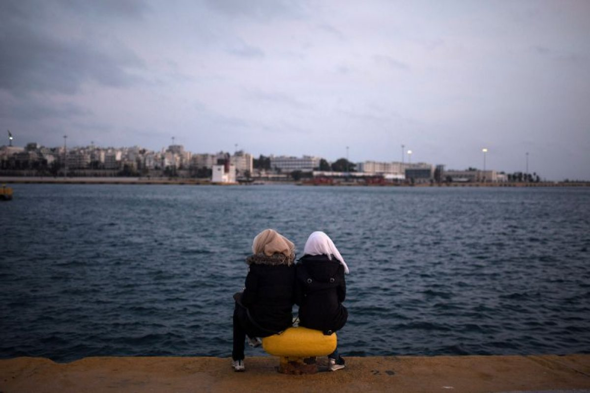 Dos mujeres sirias miran el mar en Atenas, Grecia. Foto:AFP. Imagen Por: