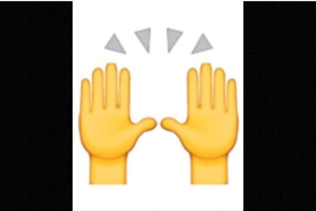 Las dos manos en muchas ocasiones son empleadas para alabar u orar, pero en realidad representan la celebración del éxito u otro acontecimiento feliz Foto: emojipedia.org. Imagen Por: