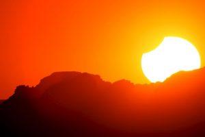 Por lo que nunca debe observarse directamente al Sol Foto:Getty Images. Imagen Por: