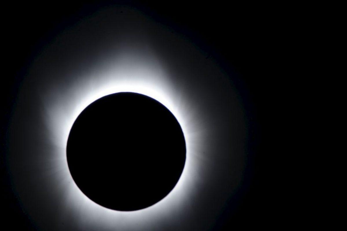 La forma más sencilla y común de observar un eclipse solar es mediante la proyección a través de un agujero pequeño. Foto:Getty Images. Imagen Por: