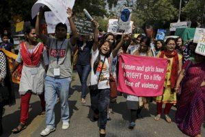 Activistas de los derechos de la mujer sostienen pancartas y carteles durante una marcha en Nueva Delhi. Foto:AP. Imagen Por: