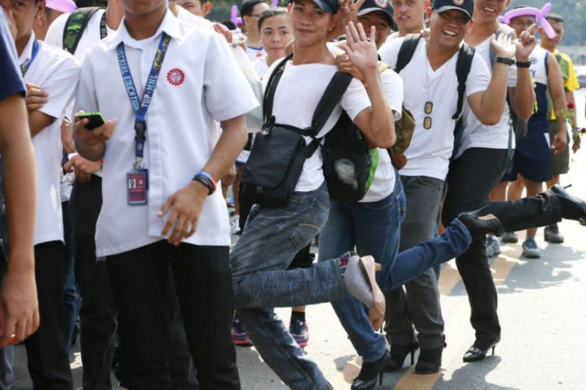 Hombres se unen a los movimientos usando tacones. Foto:AP. Imagen Por: